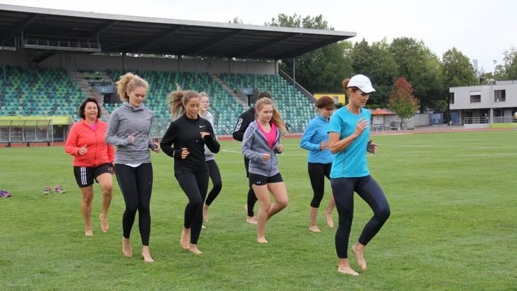 Lauftrainerin Kirsten Vorster (r.) beim Abschlusstraining mit den Gymnasiasten.