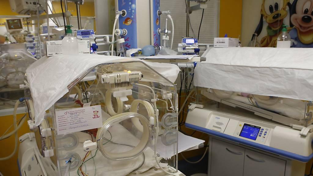 Ein Inkubator auf der Entbindungsstation der Privatklinik von Ain Borja beherbergt eines der neun Kinder, die eine Frau aus Mali Behördenangaben zufolge per Kaiserschnitt zur Welt gebracht hat. Foto: Abdeljalil Bounhar/AP/dpa
