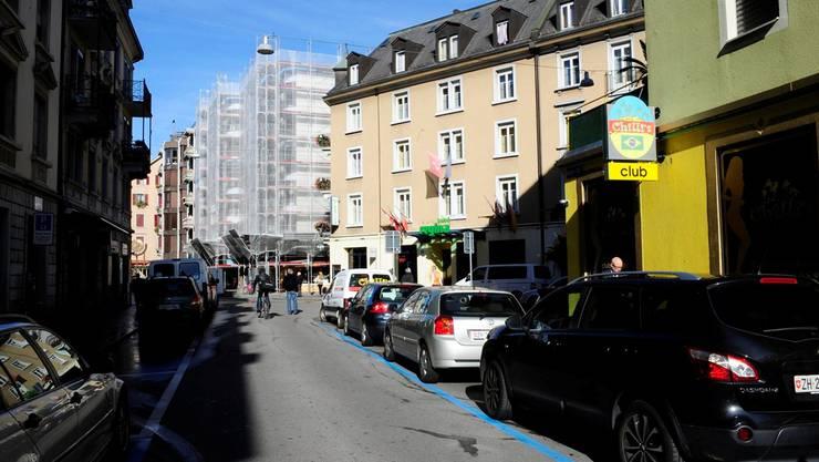 Die Hohlstrasse 30 (weiss) im Langstrassen-Quartier, wo die Prostituierten ausziehen mussten, weil es neue Wohnungen gibt. Heinz Diener