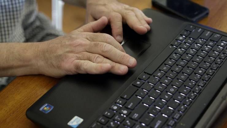 Die SP-Delegierten beschlossen mit hauchdünnem Mehr, das Referendum gegen das Gesetz  zur Überwachung des Post- und Fernmeldeverkehrs (BÜPF) zu unterstützen. Mit dem neuen Gesetz könnten die Strafverfolgungsbehörden Trojaner in Computer einschleusen. (Symbolbild)
