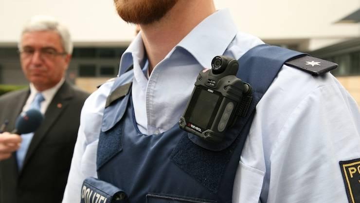 Body Cams für Aargauer Polizisten? – Im Bild: Ein deutscher Polizist. (Symbolbild)
