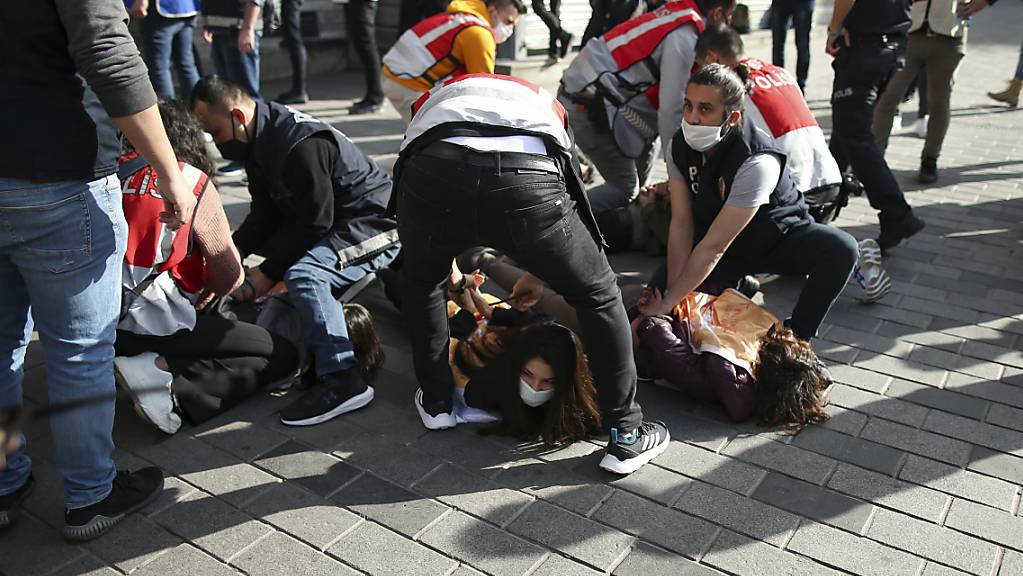 Polizisten nehmen Demonstrantinnen fest, nachdem diese versucht haben, während eines Protests durch eine Polizeiabsperrung zum Taksim-Platz im Stadtzentrum zu gelangen. Foto: Emrah Gurel/AP/dpa