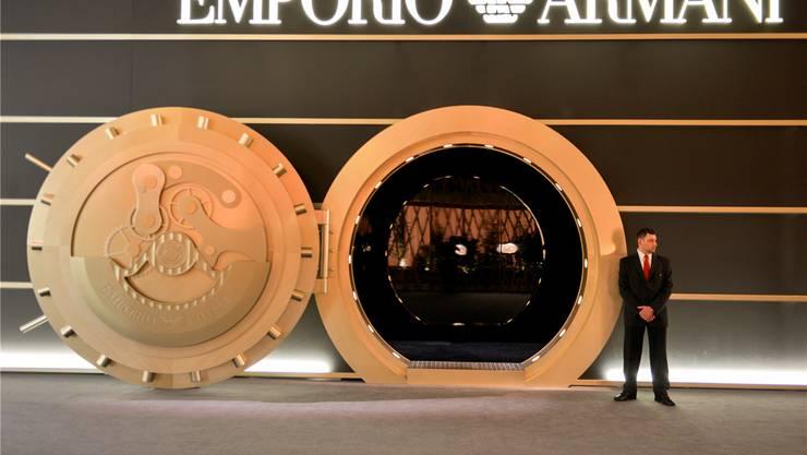 Der Eingang zum Stand von Armani bringt es auf den Punkt: Im Tresorraum in Form einer Uhr lagern die Preziosen für die Kundinnen und Kunden aus der ganzen Welt. Fotos: Martin Töngi