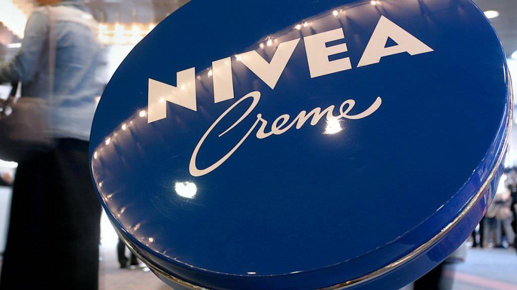 Gute Geschäfte mit Nivea und Eucerin sowie der Klebstoffsparte Tesa haben den Umsatz des deutschen Beiersdorf-Konzerns 2018 angekurbelt.