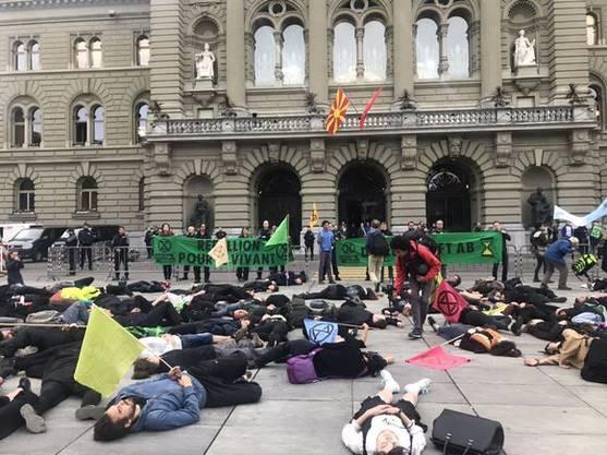 Nach einer kurzen Liege-Demo ist die Aktion der Klimaschützer auch schon wieder beendet.
