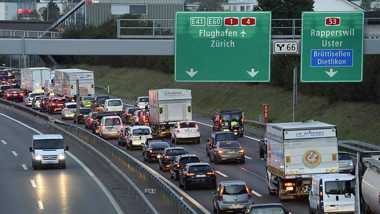 Wegen zwei Unfällen braucht es im morgendlichen Berufsverkehr einmal mehr viel Geduld. (Archivbild)