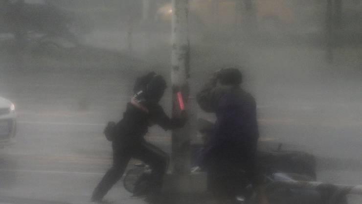 Rettungskräfte in Kaohsiung in Taiwan kämpfen bei ihren Einsätzen gegen Sturm und Regen. Supertaifun Meranti hat indessen die südchinesische Küste erreicht. Es ist der stärkste Taifun seit drei Jahren.