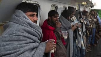 Gerettete Flüchtlinge auf einem Schiff im Mittelmeer. (Archiv)