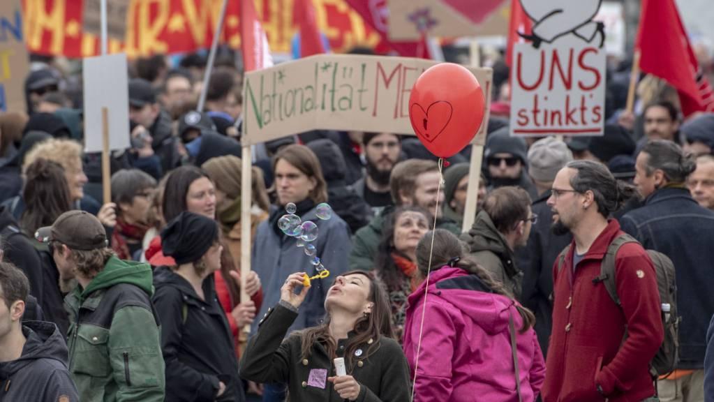 Ein lokaler SVP-Politiker griff am Rande der Demo im April in Schwyz einen linken Aktivisten an. (Archivbild)