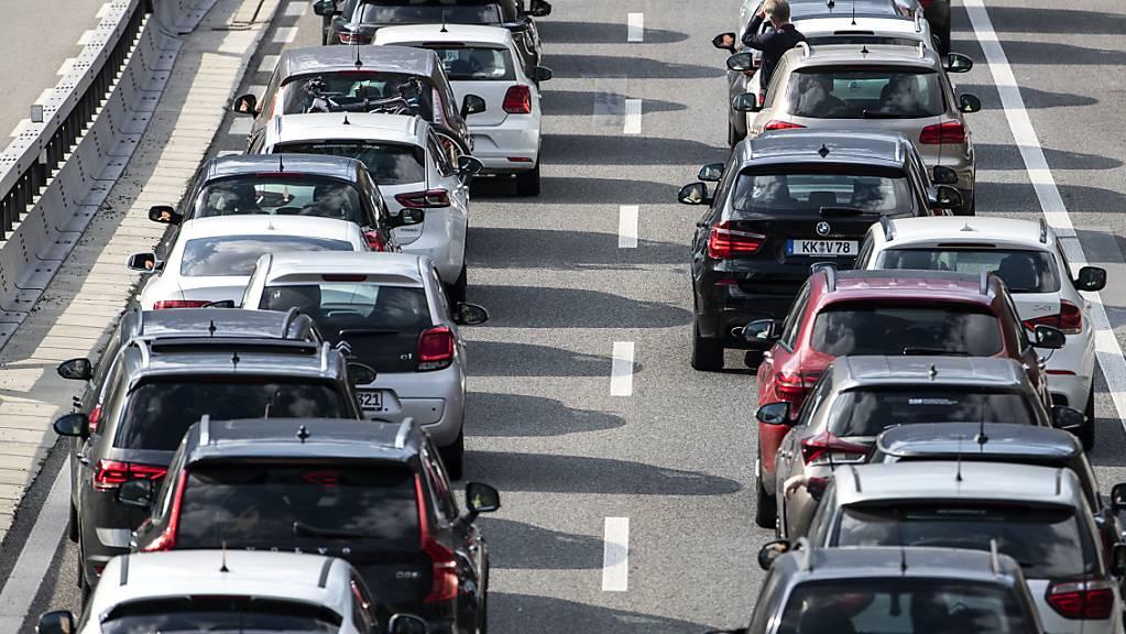 Am Sonntagmorgen stauten sich die Autos vor dem Gotthard-Südportal. (Symbolbild)