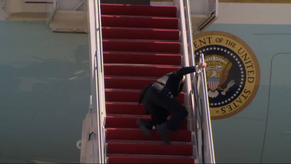 US-Präsident Biden stolpert auf der Treppe zur Air Force One