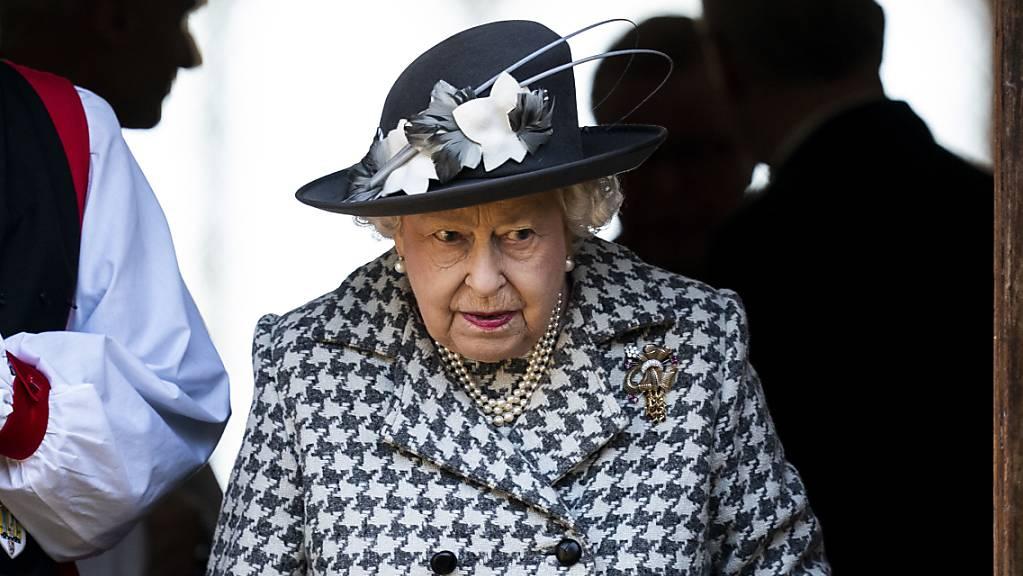Meghan und Harry sind immer noch «vielgeliebte» Familienmitglieder: Queen Elizabeth II. beim Verlassen des Sonntagsgottesdienstes in der Kirche St Mary the Virgin von Hillington.