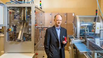 Christian Klose vor seinen Maschinen, mit denen er letztes Jahr gegen eine Million Kaffee-Kapseln abgefüllt und verpackt hat.