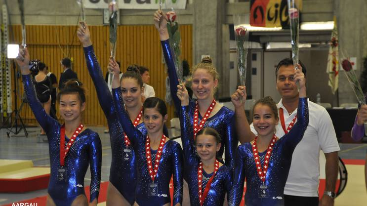 Die jungen Kunstturnerinnen aus dem Aargau freuen sich über den verdienten Gewinn der Silbermedaille an der Schweizer Mannschaftsmeisterschaft im Kunstturnen.
