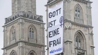 """Anlässlich des Weltfrauentags befestigte das feministische Kollektiv """"Aktivistin.ch"""" eub Transparent am Zürcher Grossmünster."""