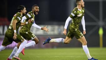 Der Sittener Ayoub Abdellaoui (links) schreit vor Glück nach seinem 2:1 in der 90. Minute. Geoffrey Serey Die und Dennis Iapichino verfolgen ihn lachend.