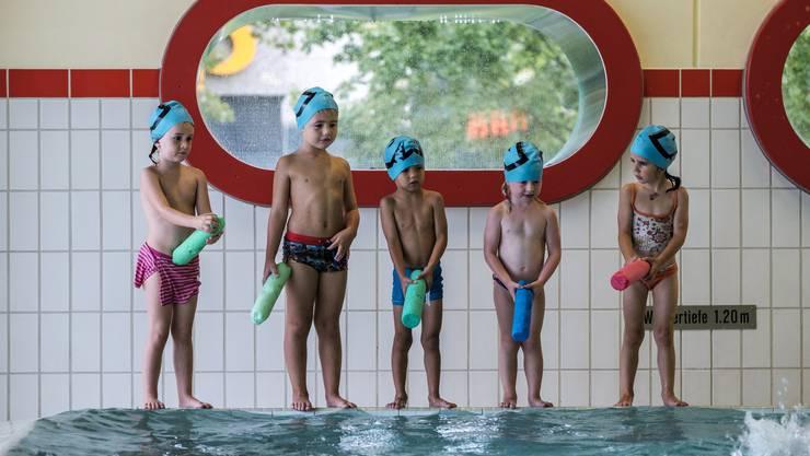Schwimmlektion des Schwimmclub Aarefisch im Hallenbad Telli. Die regulären Kinderkurse in Gruppen wie dieser bleiben bestehen.