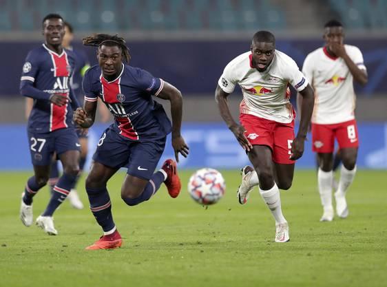PSG-Stürmer Moise Kean (links) war oft einen Schritt schneller als sein Gegenspieler mit der Nummer fünf, Dayot Upamecano.