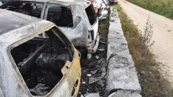 Drei Fahrzeuge brannten komplett aus.