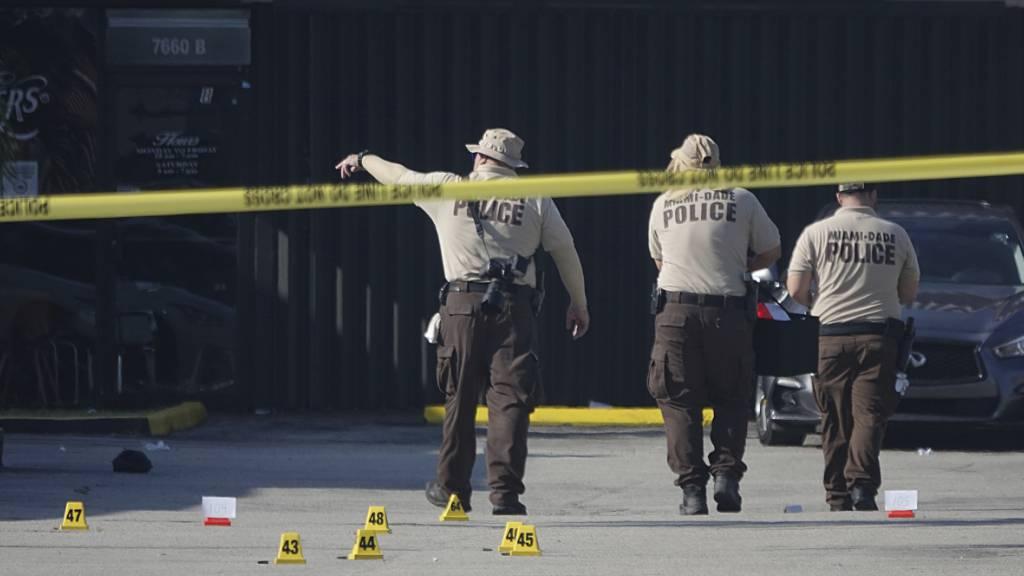 Polizisten arbeiten am Tatort einer Schiesserei. Drei Unbekannte haben vor einem Nachtclub willkürlich auf Gäste geschossen. Zwei Menschen starben an Ort und Stelle, mindestens 20 weitere wurden verletzt.