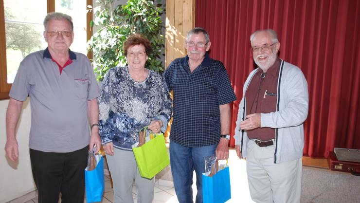 Walter Forrer, Bernadette Erne und Willi Schwere (von links) werden von Präsident Peter F.Wider beschenkt.
