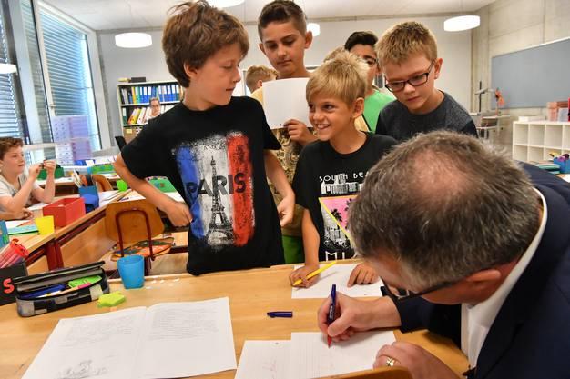 Remo Ankli gibt zum ersten Mal Autogramme