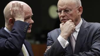 Der niederländische Aussenminister Uri Rosenthal (r.) im Gespräch mit seinem britischen Amtskollegen William Hague
