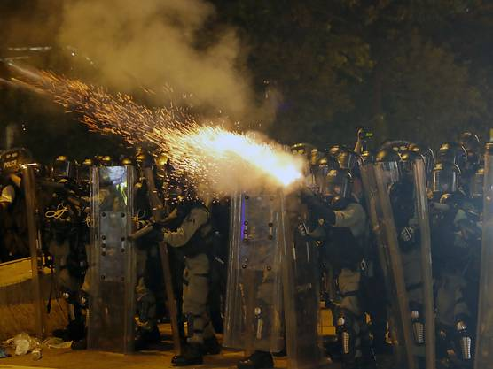 Die Polizei hat in Hongkong Tränengas und Schlagstöcke gegen regierungskritische Demonstranten eingesetzt.