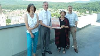 Ernst Zingg (Stadtpräsident Olten, nimmt von Ruth Daellenbach (Geschäftsleiterin Solidar Suisse), die Urkunde des Solidar-Gemeinderatings entgegen. Eva Gerber (Leiterin Stadtentwicklung Olten), links, und Markus Dietler (Stadtschreiber Olten) flankieren die beiden.