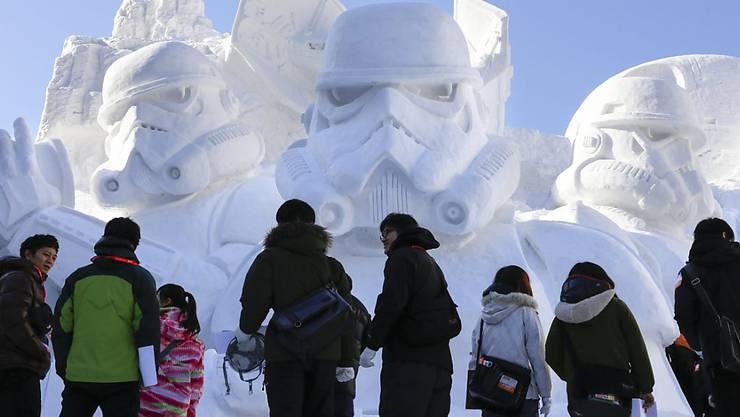 An das jährliche Schneefestival im japanischen Sapporo zieht es zahlreiche Besucher. (Archivbild)