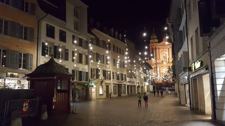 Seit Donnerstag, 24. November, leuchtet die Altstadt wieder. Hier: Der Blick vom Märetplatz zur St.-Ursen-Kathedrale.