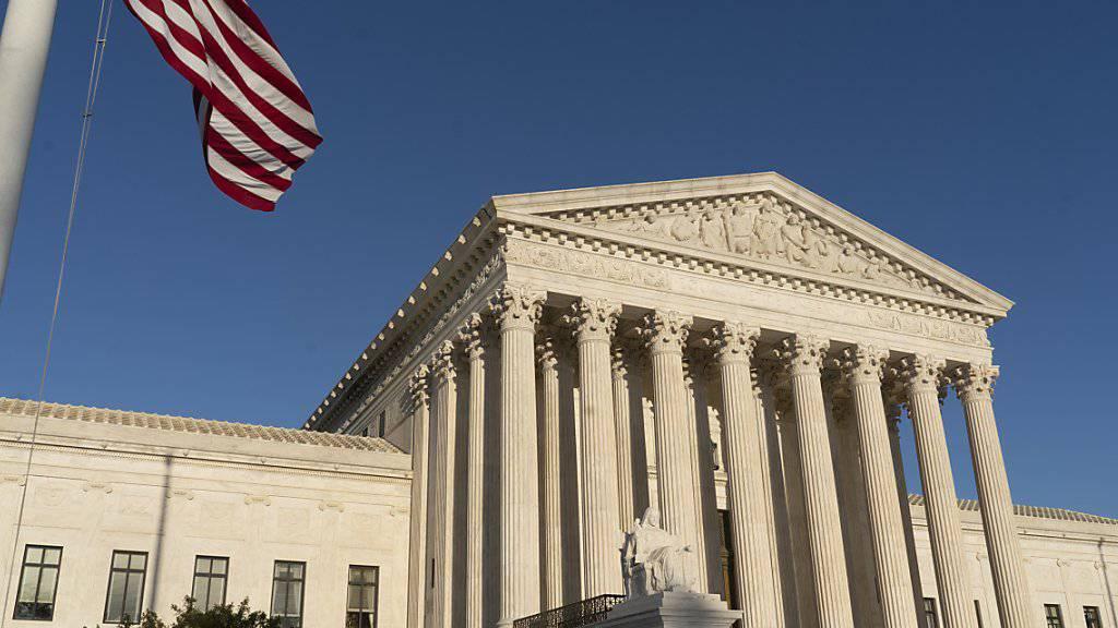 Im Streit um das jüngste Einreiseverbot von US-Präsident Trump für Menschen aus mehreren islamischen Ländern hat sich der Oberste Gerichtshof der USA auf die Seite der Regierung gestellt. (Archivbild)