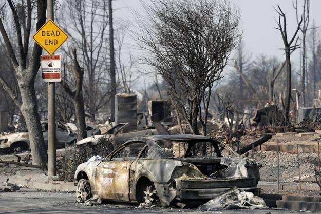 Ein ausgebranntes Auto in Santa Rosa