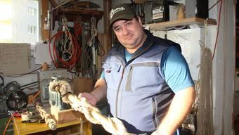 Daniel Werren aus Egliswil ist Geisselmacher. Hier zeigt er, wie er eine Geissel knöpft.