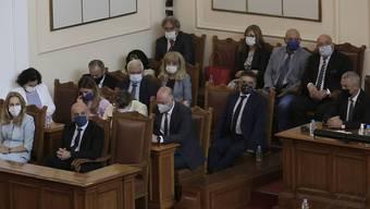 Minister der bulgarischen Regierung sitzen während der Misstrauensabstimmung im bulgarischen Parlament. Foto: Valentina Petrova/AP/dpa
