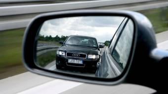 Drängelnde Fahrzeuge können sehr verwirren, Schikanestopps helfen aber oft nicht weiter. (Symbolbild)