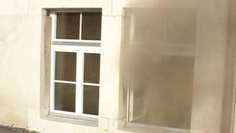Wegen einem brennenden Sack entstand im Mehrfamilienhaus starker Qualm. (Symbolbild)