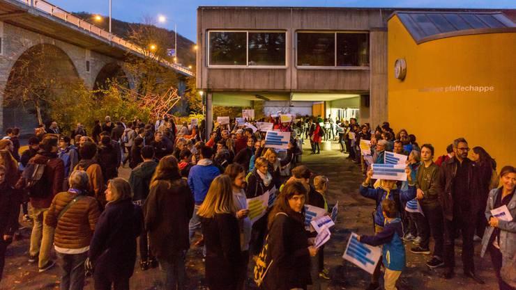 Demonstration vor dem Schulhaus Pfaffechappe gegen die Einsparungen in der Volksschule und beim Nordportal