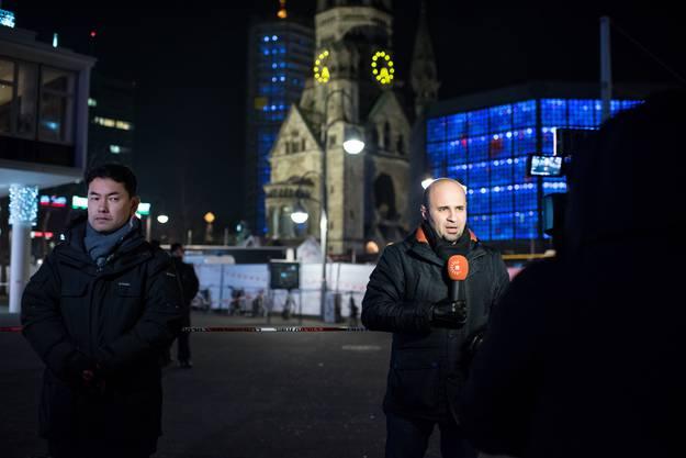 Medien berichten vom Ort des Geschehens. Im Hintergrund die Berliner Gedächtniskirche.