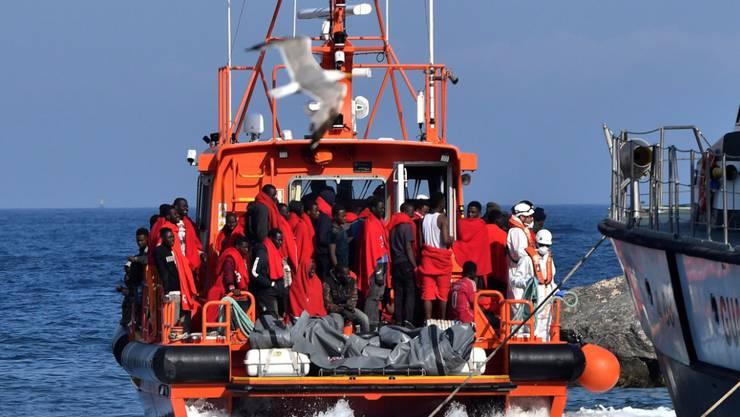 Auf dem Mittelmeer aufgegriffene Flüchtlinge auf einem Schiff des spanischen Seerettungsdienstes beim Hafen von Almeria. (Archivbild)