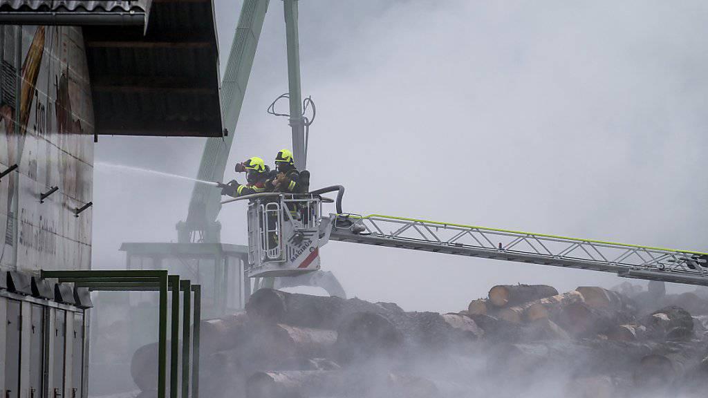 Viel Rauch um nicht so viel Feuer: Der Brand in einer Sägerei in Sattel SZ blieb auf eine Säge-Halle beschränkt.