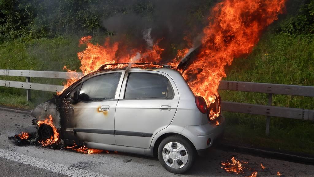 Kleinwagen brannte lichterloh auf dem Pannenstreifen