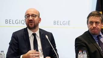 Der belgische Regierungschef Charles Michel  (links) hat für Brüssel die höchste Terrorwarnstufe erneut verlängert.