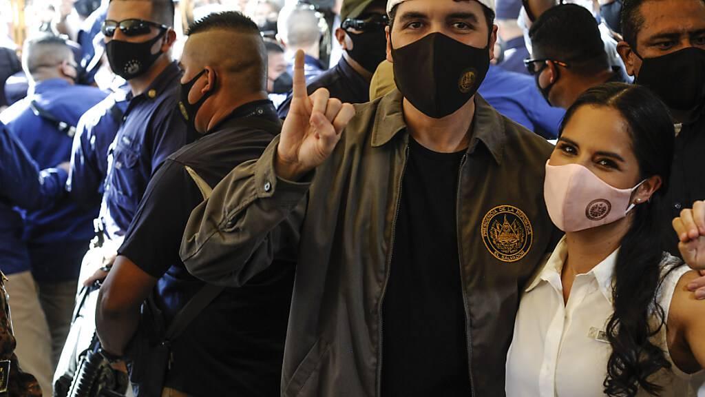 Nayib Bukele (M), Präsident von El Salvador, und seine Frau, Gabriela Rodriguez de Bukele, posieren nach der Abgabe ihrer Stimme. Foto: Camilo Freedman/ZUMA Wire/dpa