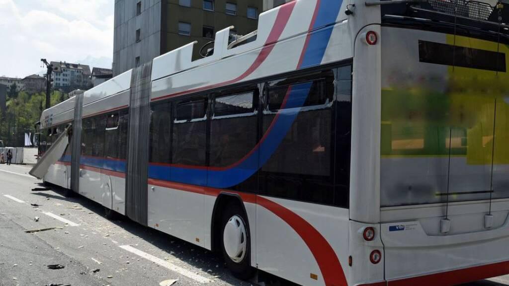 Die geöffnete Klappe des fahrbaren Marktstandes touchierte einen entgegenkommenden VBL-Bus. Fünf Personen wurden leicht verletzt.