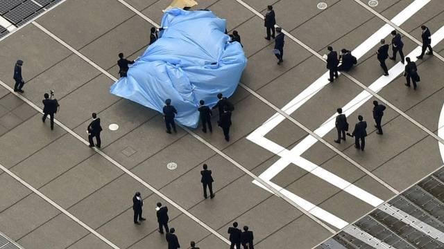 Mit blauer Plane bedeckt: Die Drohne auf Abes Amtssitz