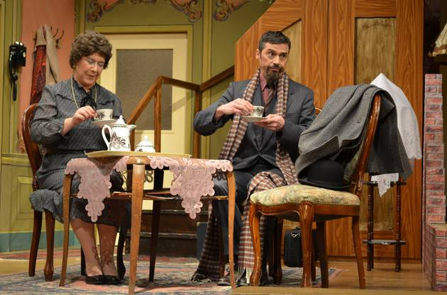 Professor Marcus geniesst den Tee mit Mrs. Wimmerforce offensichtlich.