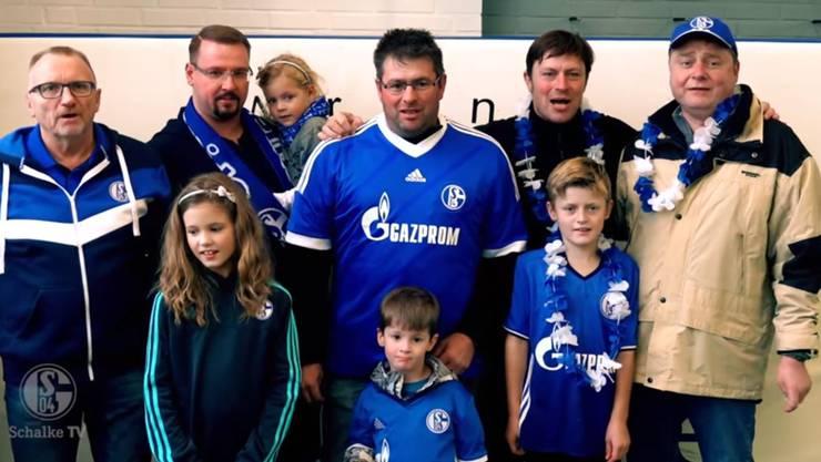 Schalke-Fans besingen den Schweizer Nationalspieler Embolo, der monatelang verletzt ausfallen wird.
