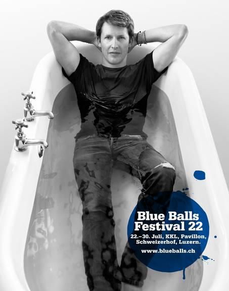 Der britische Sänger wird das Blue Balls Festival 2022 eröffnen.