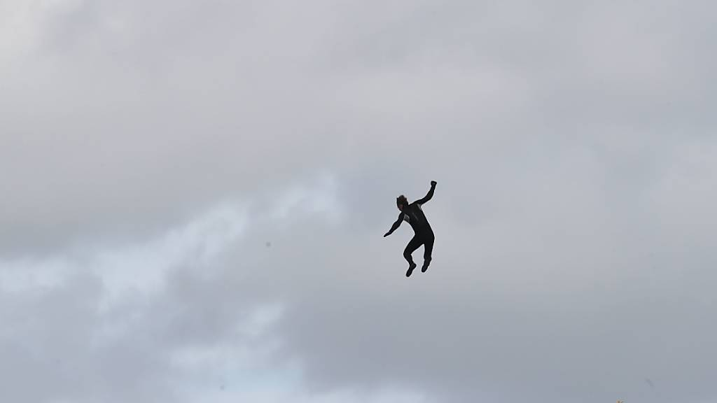 Weltrekord-Versuch: Brite springt ohne Fallschirm aus Hubschrauber